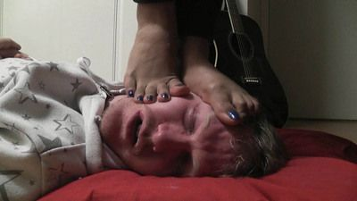 Mistress Bonnie's lovely bare feet